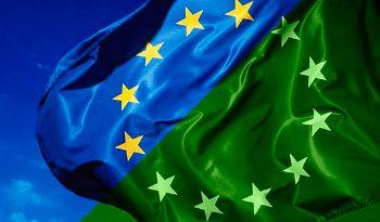 Bandiera europea mezza blu e mezza verde per la green economy