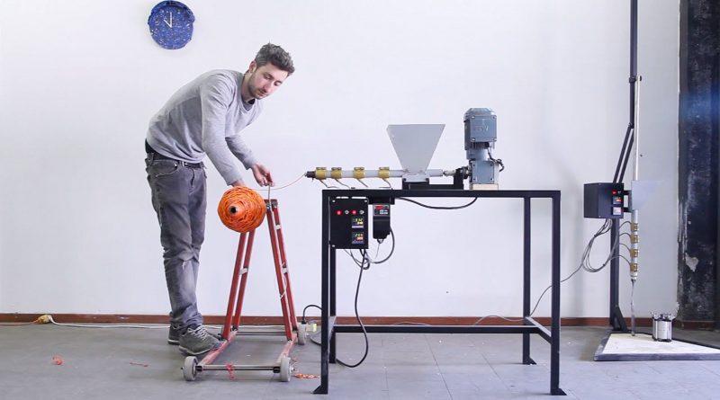 Dave Hakkens usa il suo macchinario per riciclare la plastica