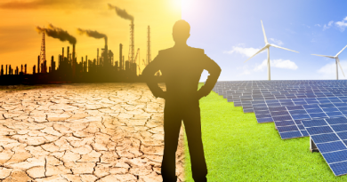 Operaio diviso tra un mondo inquinato da energie fossili e un mondo pulito con energia solare