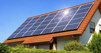Pannello solare su tetto rosso in una bella giornata di sole