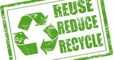 Cartello con simbolo del riciclo e scritte reuse, reduce e recycle