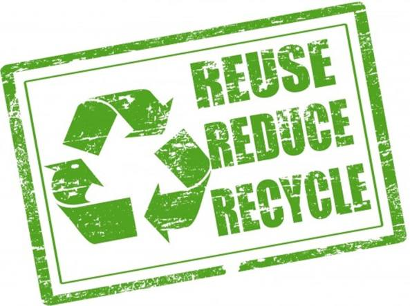 Cartello con simbolo del riciclo e scritte reuse, reduce e recycle