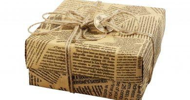Pacchetto fatto con carta regalo riciclata e green presa da quotidiani