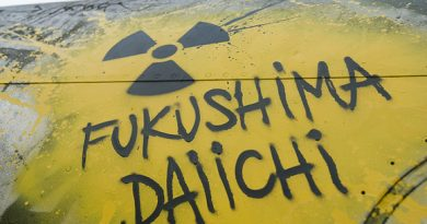 Scritta Fukushima Daiichi con simbolo del nucleare su un serbatoio giallo