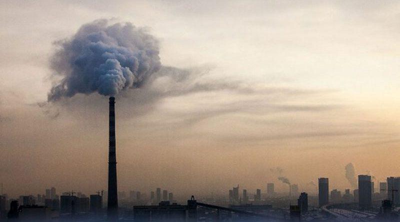 Landscape di città molto inquinata con fumi e nebbia