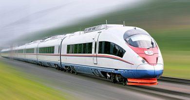 Treno elettrico che corre sui binari