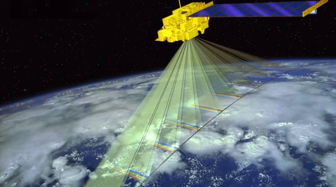 Satellite che monitora la Terra per vedere l'inquinamento