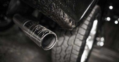Marmitta che emette inquinamento nell'aria da una macchina