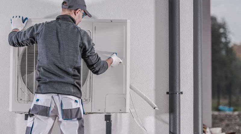 Uomo che installa un condizionatore efficiente e a risparmio energetico
