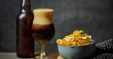 Bicchiere di birra sostenibile Europa con snack di fianco