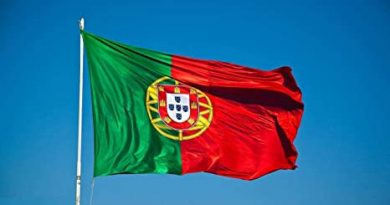 Bandiera del Portogallo su cielo limpido dovuto all'assenza di inquinamento dal cabone