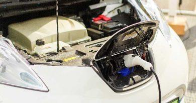 Auto elettrica che si sta ricaricando. Entro il 2025 andrà a sostituire tutte le auto a motore a combustione interna