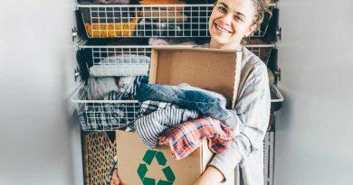 vestiti riciclati da una ragazza che non vengono buttati o bruciati in discarica