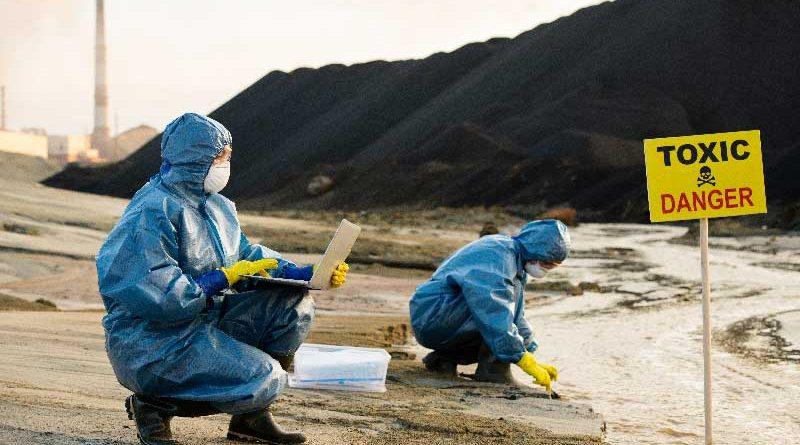 persone che sono pagate per pulire ed analizzare un area inquinata
